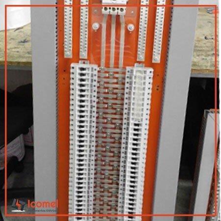 Montagem de quadro elétrico com barramento